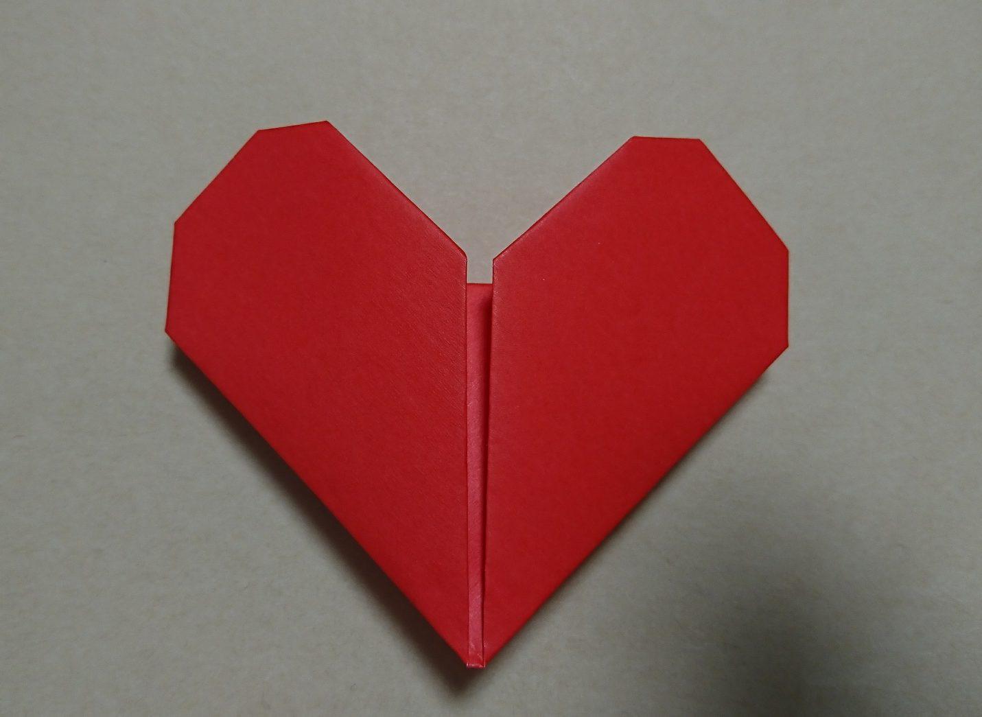 幼稚園児でも作れるハートの折り紙と棒を付けてハートのステッキ